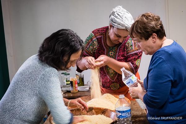 Prépartion du couscous par Au Fil des Femmes