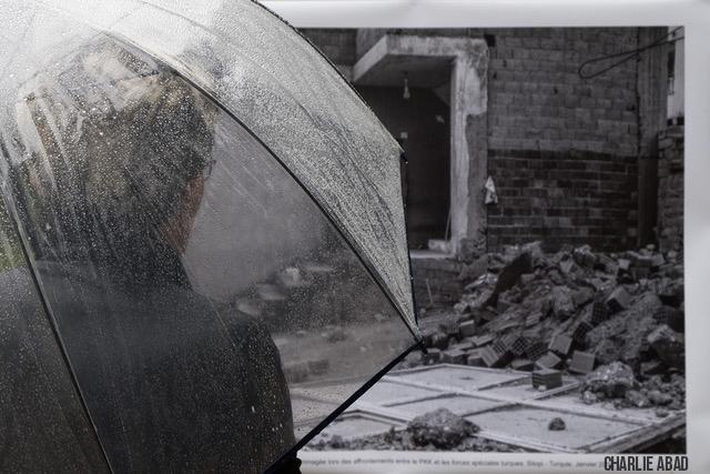 Parapluie devant une photo de Emin Özmen