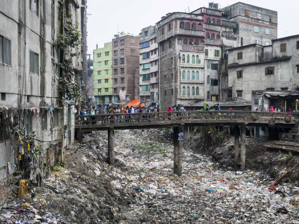 La Buriganga, artère fluviale de la ville de Dhaka.